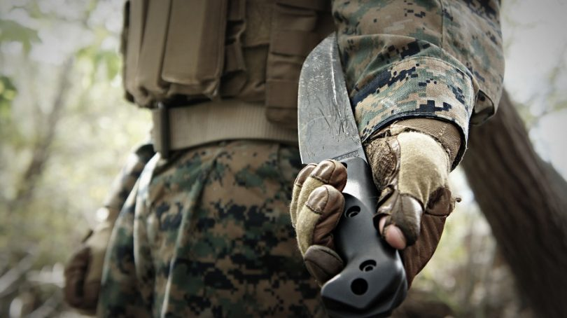 2016s-Best-Survival-Knife in the hand