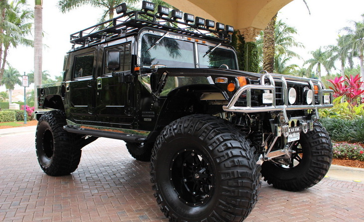 Hummer H-1 in front of a hotel