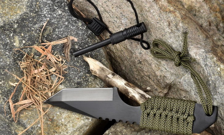 Outdoor-Tanto-knife and firestarter tools