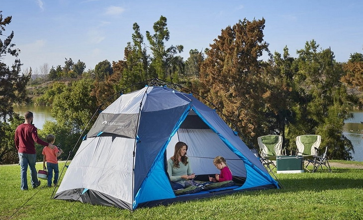 Familly camping in the summer time