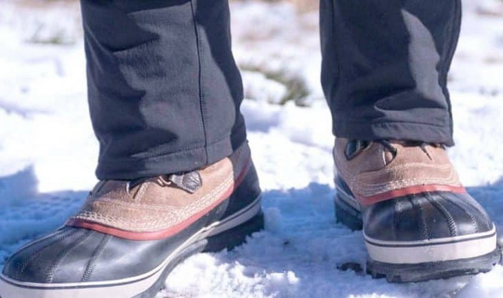 A man wearing a pair of winter hiking boots