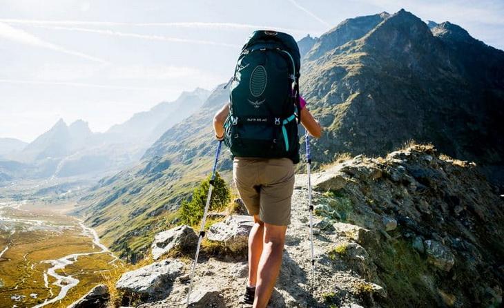 Woman with an Osprey-Womens-Aura-AG-65-Rucksack climbing the mountain
