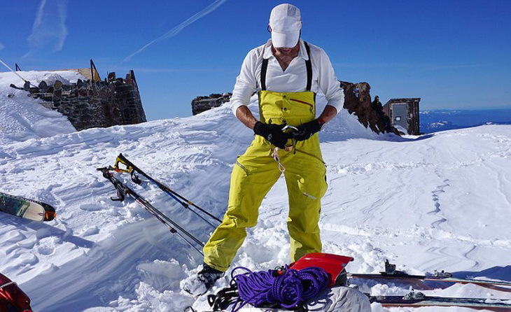 A woman skiing on top of the moutanins