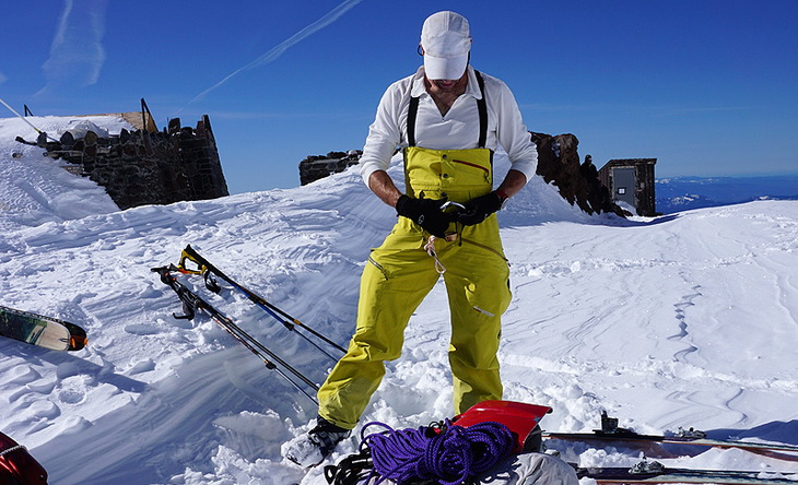 A man preparing for skiing