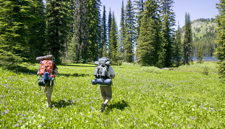 picture of two people backpacking together
