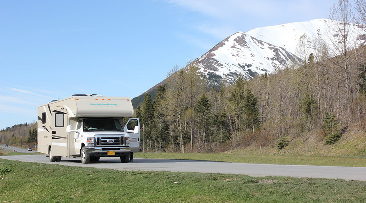picture showing a motorhome in alaska