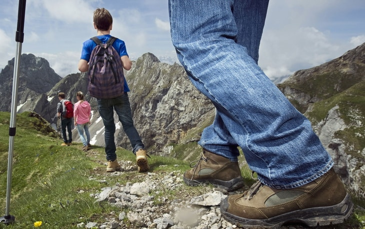 kids-hiking-with-parents