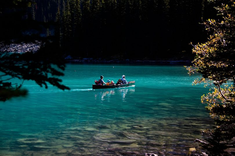 Familly trip with a canoe on Moraine lake