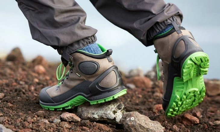 Backpacking-boots in a man's legs