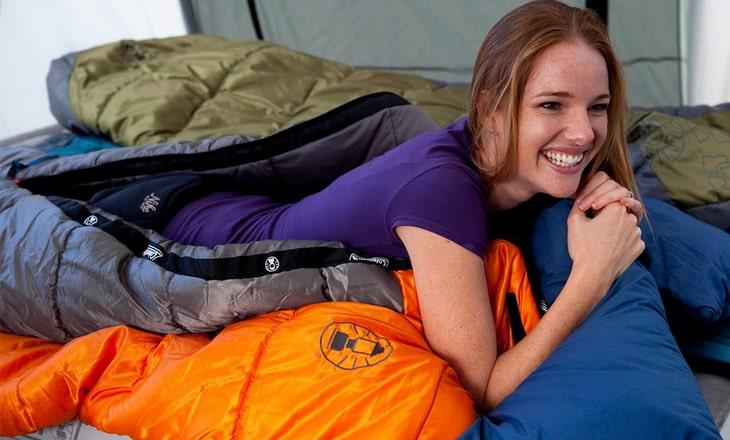 Woman-lying-in-sleeping-bag