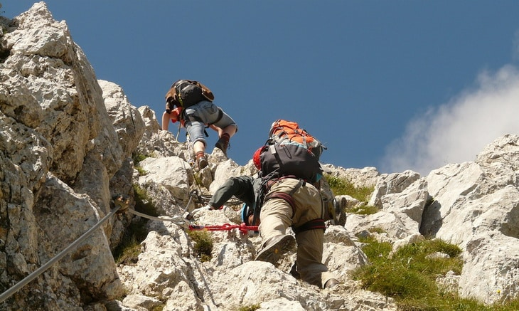 Two mens climbing the mountainsa