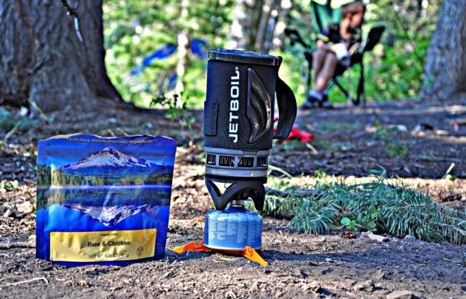 jetboil-flash-next-to-rice-and-chicken-pack-on-the-ground