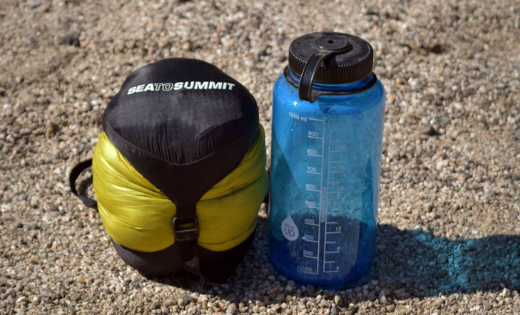 lightweight-sleeping-bag-sea-to-summit spark II next to a bottle of water