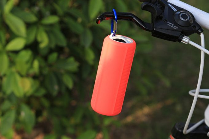 Easily transportable wireless Bluetooth speaker hang on bicycle