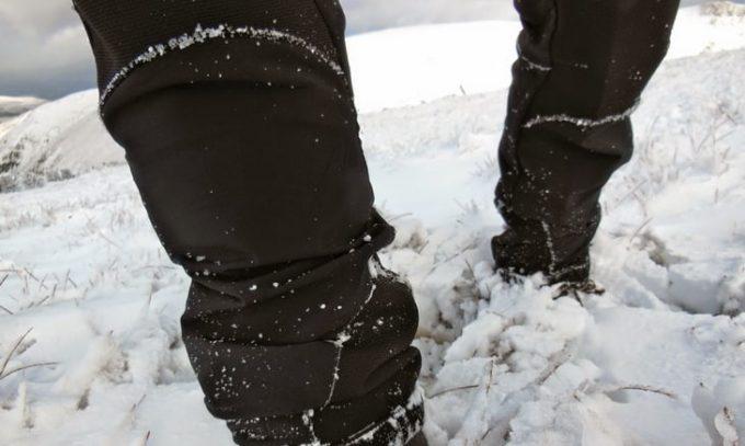 A man wearing the Bergans-Geita-soft-shell-Winter-hiking-pants