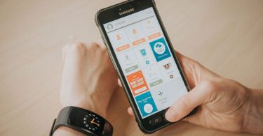 Image of a man tracking his fitness activity with a smarphone apps